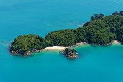 Caiaque para fora a uma das ilhas em Abel Tasman fotos de stock royalty free
