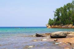 Caiaque próximo lakeshore Fotografia de Stock Royalty Free