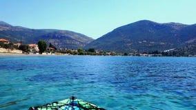 Caiaque que flutua na baía calma do Golfo de Corinto, Grécia video estoque