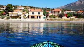 Caiaque que flutua na baía calma do Golfo de Corinto, Grécia filme