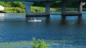 Caiaque-remo Homem na canoa que flutua abaixo do rio video estoque