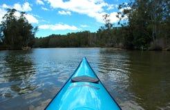 Caiaque rio acima Fotografia de Stock Royalty Free