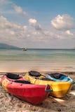 Caiaque vazios coloridos na praia Imagens de Stock