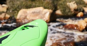 Caiaque verde contra o rio de fluxo 4k filme