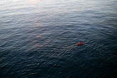Caiaque vermelho no mar aberto Imagem de Stock Royalty Free