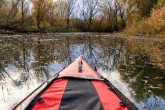 Caiaque vermelho nos waterlands de Danube River, Eslováquia Imagem de Stock