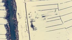 Caiga abajo la vista del río que pasa campos nevados Fotografía de archivo