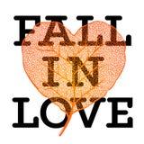 Caiga en el amor - cartel de la venta del otoño con forma del corazón de la hoja y texto simple en el fondo blanco Foto de archivo