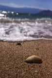 Caillou isolé sur la plage contre le ciel bleu Photos libres de droits