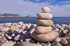 Cailloux équilibrés sur la plage image stock