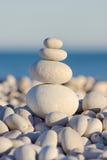 Cailloux équilibrés sur le bord de la mer photo libre de droits