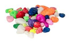 Cailloux décoratifs multicolores pour un aquarium d'isolement photographie stock