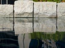 Cailloux dans un étang artificiel, Image libre de droits