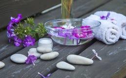 cailloux ronds de mer de station thermale et fleurs roses sur le fond en bois photo libre de droits