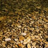 Cailloux sous l'eau. Images libres de droits