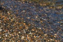 Cailloux sur le rivage du lac Baïkal en Russie photos stock