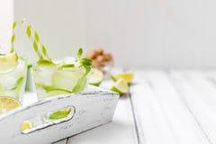 Caipirinha, κοκτέιλ mojito με τον ασβέστη, καφετιά φύλλα ζάχαρης, πάγου και μεντών στα όμορφα γυαλιά, πράσινα εσπεριδοειδή περικο Στοκ Εικόνες