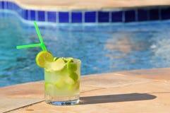 Caipirinha bij pool Stock Afbeeldingen