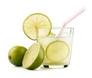 Caipirinha-Cocktail mit dem Kalkkeil lokalisiert auf weißem Hintergrund Stockbilder