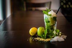 Caipirinha-Cocktail mit frischer Minze und zerquetschtes Eis wodden an ta Stockbild