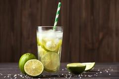 Caipirinha de cocktail du Brésil avec la chaux de fruit images libres de droits