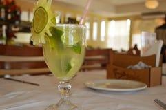Caipirinha napój na stole w restauraci zdjęcie royalty free