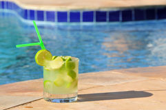 Caipirinha am Pool Stockbilder
