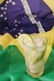 caipirinhas frais de chaux sur le drapeau brésilien photographie stock libre de droits