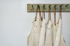 Cair branco da roupa do avental Imagem de Stock Royalty Free