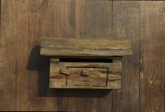 Cair da caixa postal na parede de madeira Imagens de Stock Royalty Free