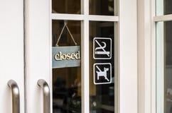 Cair da placa do sinal e não fumadores fechados na porta Imagens de Stock