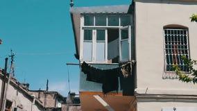 Cair das coisas nas cordas Muitas coisas secam no balcão e tornam-se no vento filme
