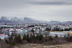 Cair das nuvens sobre a cidade de Reykjavik Imagens de Stock