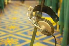 Cair do fones de ouvido do fundo do equipamento na sala de conferências Fotografia de Stock Royalty Free