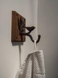 Cair do guardanapo na parede no banheiro Fotos de Stock