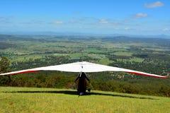 Cair-planador que descola uma parte superior da montanha foto de stock royalty free