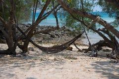 Cair vazio da rede em árvores na praia na ilha de Koh Samed foto de stock royalty free