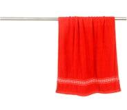 Cair vermelho de toalha na cremalheira Fotografia de Stock