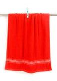 Cair vermelho de toalha na cremalheira com grampo Foto de Stock Royalty Free