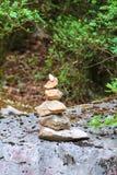 cairn балансируя камни стоковое изображение rf