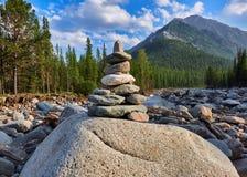cairn пристаньте камни к берегу пирамидки стоковая фотография