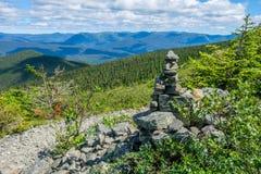 Cairn accanto alla traccia nelle montagne Fotografia Stock