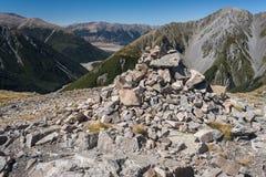 Cairn au-dessus de vallée en parc national du passage d'Arthur Photo stock