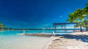 CAIRN, AUSTRALIA - 27 MARZO 2016 Laguna tropicale di nuoto sulla t Fotografie Stock