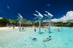 CAIRN, AUSTRALIA - 27 MARZO 2016 Laguna tropicale di nuoto sulla t Fotografia Stock