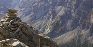 Cairn che trascura valle alpina Immagine Stock Libera da Diritti