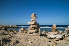 Cairn colorati della roccia dal Mar Rosso fotografia stock