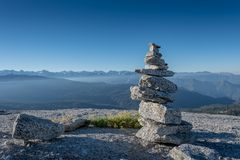 Cairn davanti all'alta sierra Immagine Stock