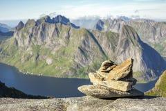 Cairn de marqueur de chemin sur le chemin à la crête de Munkan dans Lofotens, Norvège photographie stock