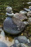 Cairn de roche dans le courant Photos libres de droits